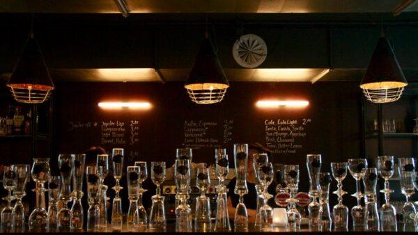 Halbe glazen op bar Theater de Regentes
