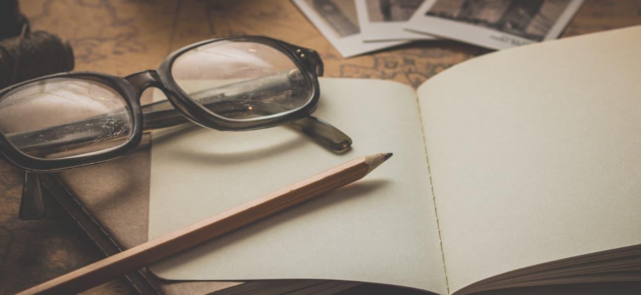 Ware teksten beroepsschrijver pen en papier